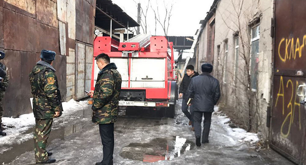 Бишкек шаарынын чыгышында жайгашкан Таатан соода борборундагы кампасындагы чыккан өрт жерде ӨКМ кызматкерлери