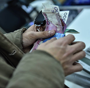 Мужчина расплачивается за покупку. Архивное фото