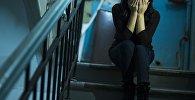 Девушка закрывает лицо руками. Архивное фото