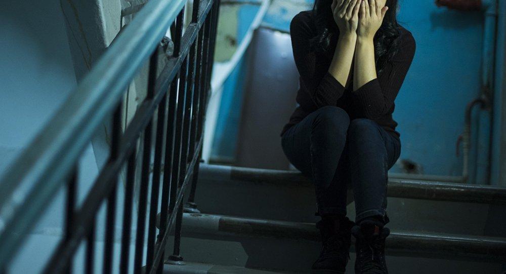 Депрессияга түшкөн кыз. Архивдик сүрөт