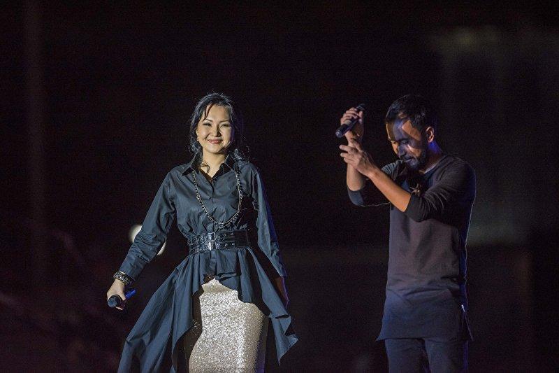 Певцы Урмат Усенов и Неля на площади Ала-Тоо в честь 25-летия независимости Кыргызстана