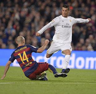 Реал Мадрид футболчунун оюнчусу Криштиану Роналду Барселона оюнчулары менен