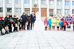 Молодожены из Таласа вместо проведения пышной свадьбы купили зимние куртки 30 детям из малообеспеченных семей