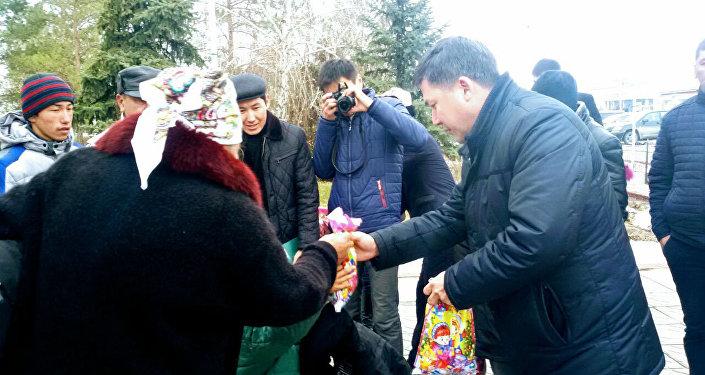Молодожены из Таласа вместо проведения пышной свадьбы купили зимние куртки 30 детям из малообеспеченных семей.