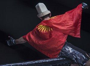 Кыргызстандын желегин көтөргөн спортчу. Архивдик сүрөт