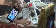 Мобильный телефон в воде. Архивное фото