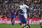Футболист Реал Мадрида Криштиану Роналду против игрока Барселоны Лионеля Месси во время чемпионата Испании по футболу