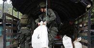 Сотрудники Колумбийской полиции во время конфискации крупной партии кокаина. Архивное фото