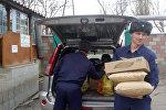 Военнослужащие базы ОДКБ Кант доставляют продукты Дому ребенка в Токмоке. Архивное фото