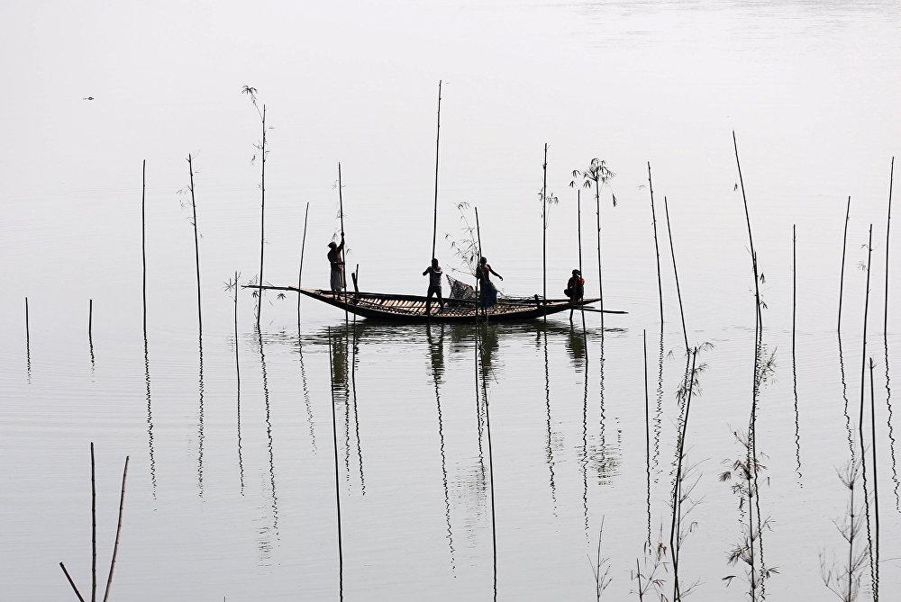 Бангладештин Дакка дарыясындагы балыкчылар