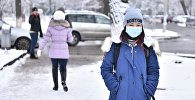 Девушка в медициной маске на улицах города Бишкек. Архивное фото