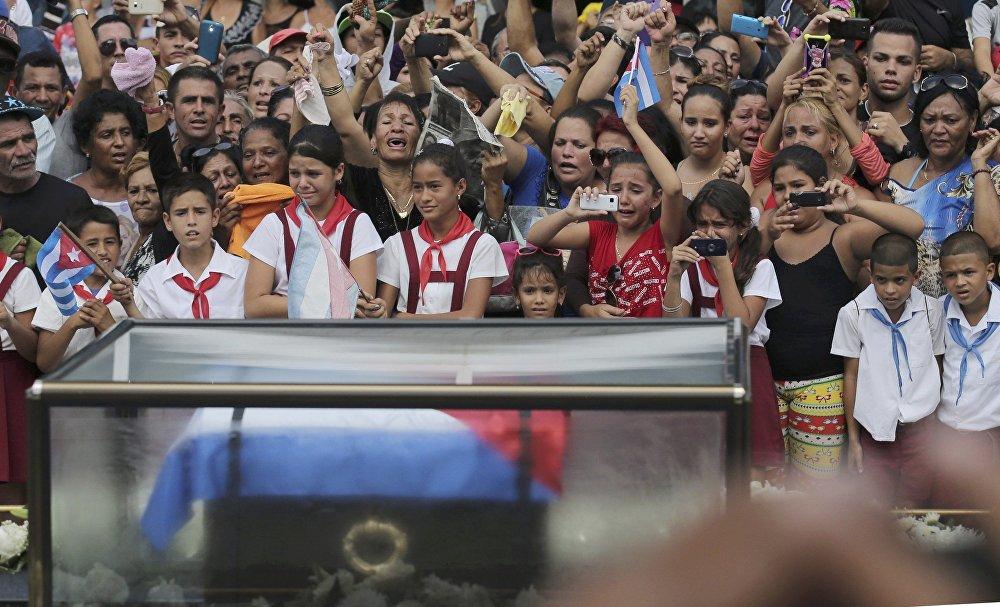 Фидель Кастро менен коштошуу зыйнатына келген Лас-Тунас шаарынын жашоочулары