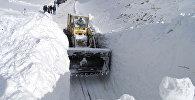 Расчистка снежных завалов. Архивное фото