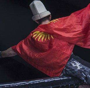 Спортсмен с флагом Кыргызстана. Архивное фото