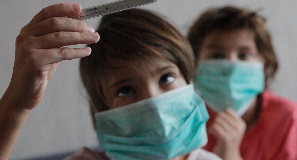Дети в медицинских масках. Архивное фото