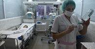 Медсестра готовит процедуру для пациента в детской клинической больнице. Архивное фото