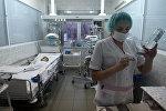 Медсестра готовит процедуру для пациента в детской больнице. Архивное фото