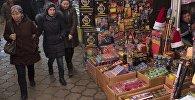 Продажа пиротехники в одном из рынков Бишкека. Архивное фото