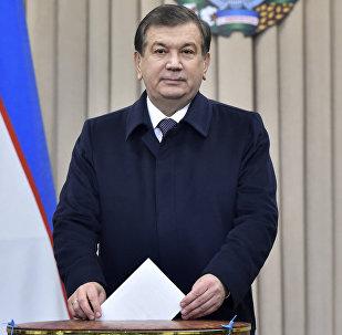 Премьер-министр и временно исполняющий обязанности президента Узбекистана Шавкат Мирзиеев во время выборов президента Узбекистана