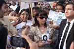 Сусана Тримарко держит портрет дочери Мариа де лос Анхелес Верон, которая в 2002-м году была похищена в аргентинской провинции Тукуман и попала в сексуальное рабство