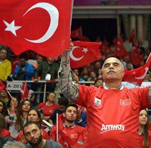 Мужчина держит флаг Турции. Архивное фото