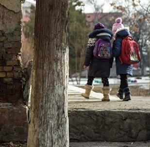 Мектеп окуучулары. Архивдик сүрөт
