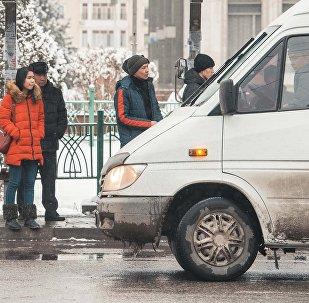 Жители Бишкека ждут на остановке общественный транспорт. Архивное фото