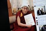 Facebook социалдык тармагынын Temirlan Sarlykbek Uulu колдонуучунун бетинен тартылган кадр. Тибеттин руханий лидери Далай Лама Манас китеби жана калпак менен