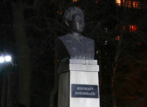 Акын, драматург, котормочу Жоомарт Бөкөнбаевдин эстелиги. Архивдик сүрөт