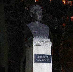 Кыргыздын чыгаан акыны, драматург, котормочу Жоомарт Бөкөнбаевдин айкели