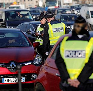 Париждин полиция кызматкерлери автоунаанын документин текшерүүдө
