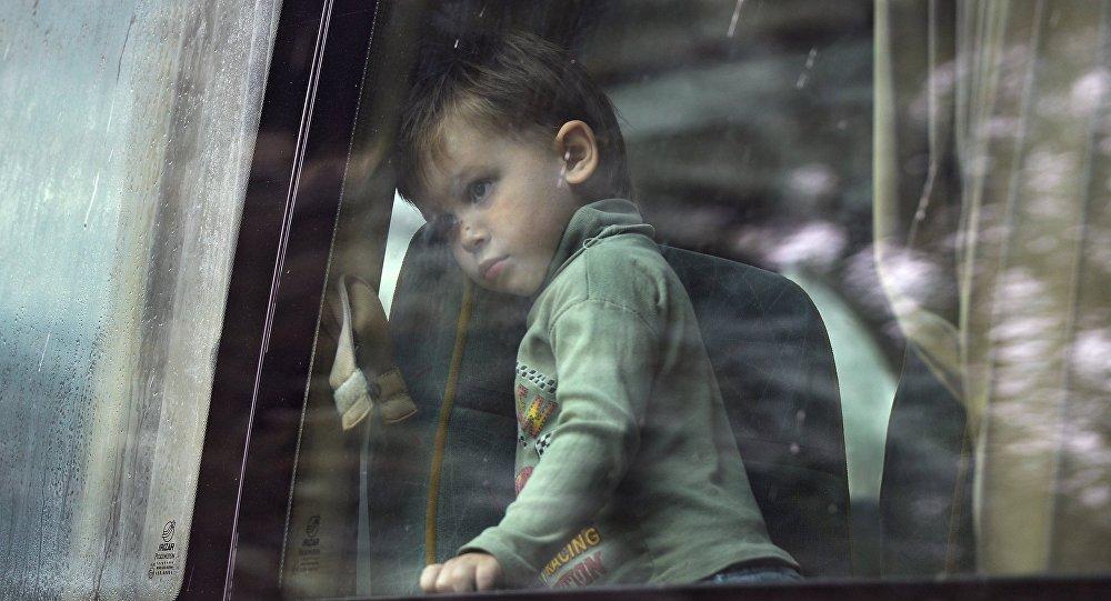 Девочка смотрит в окно автобуса. Архивное фото