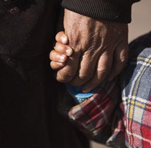 Женщина держит за руку ребенка. Архивное фото