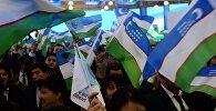 Люди с флагами Узбекистана. Архивное фото