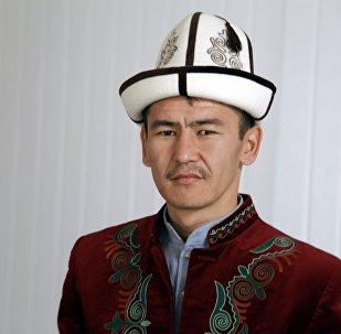 Манасчы Самат Көчөрбаевдин архивдик сүрөт