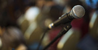 Микрофон на сцене. Архивное фото