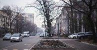 Автомобили на улице Токтогула в Бишкеке. Архивное фото