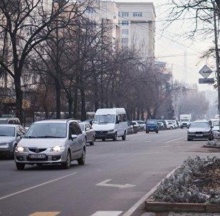 Автомобили на проспекте Токтогула в Бишкеке