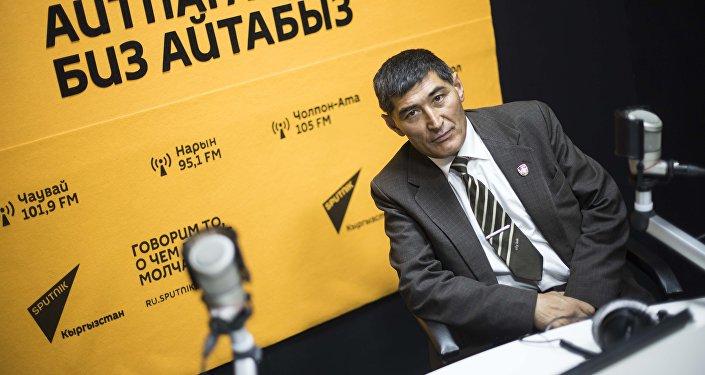 Отставной офицер Алишер Абдесов во время интервью на радио Sputnik Кыргызстан