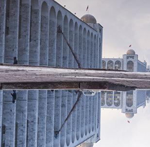 Вид на центральную площадь Ала-Тоо после дождя. Архивное фото