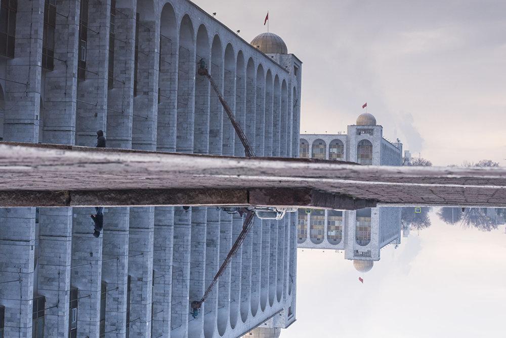 Борбордук Ала-Тоо аянтынын мрамор аркалары