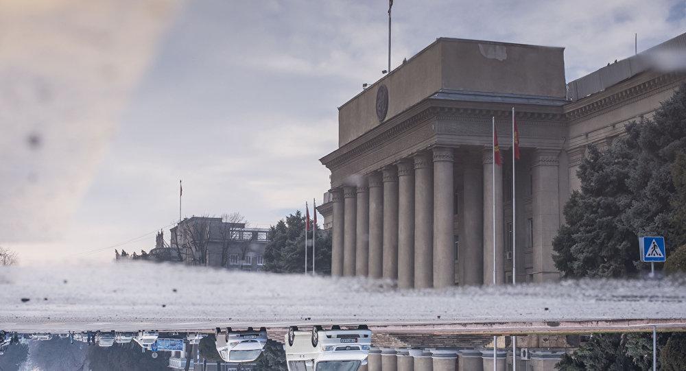Отражение в луже воды здания Правительства КР. Архивное фото