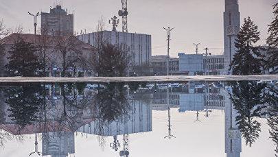 Отражение здания Главпочтамта на луже. Архивное фото