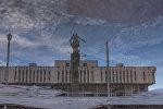 Отражение памятника Манаса на воде. Архивное фото