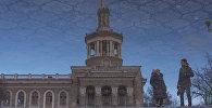 Отражение фасад Международного университета Кыргызстана. Архивное фото