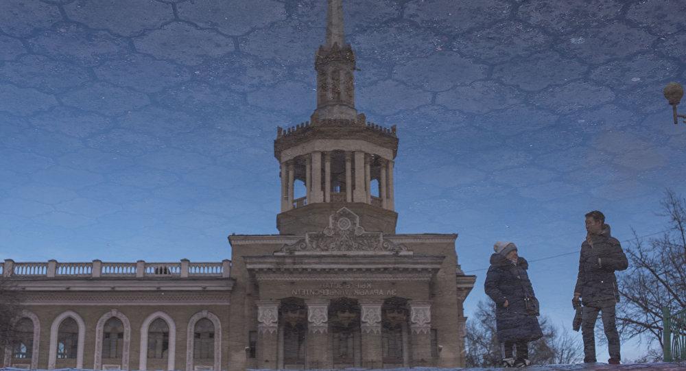Отражение фасад Международного университета Кыргызстана