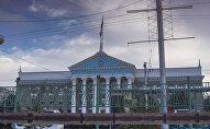 Отражение мэрии Бишкека в воде. Архивное фото