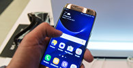 Покупатель тестирует телефон в фирменном магазине Samsung. Архивное фото