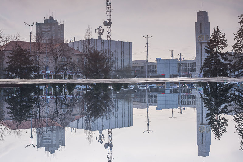 В луже у памятника Уркуе Салиевой превосходно видно здание Главпочтамта