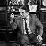 Писатель часто говорил: В жизни я не освоил три важные вещи: не научился водить автомобиль, работать на компьютере и не выучил ни одного иностранного языка. Но книги Айтматова переведены на 165 языков мира, общий тираж которых составил 100 миллионов экземпляров